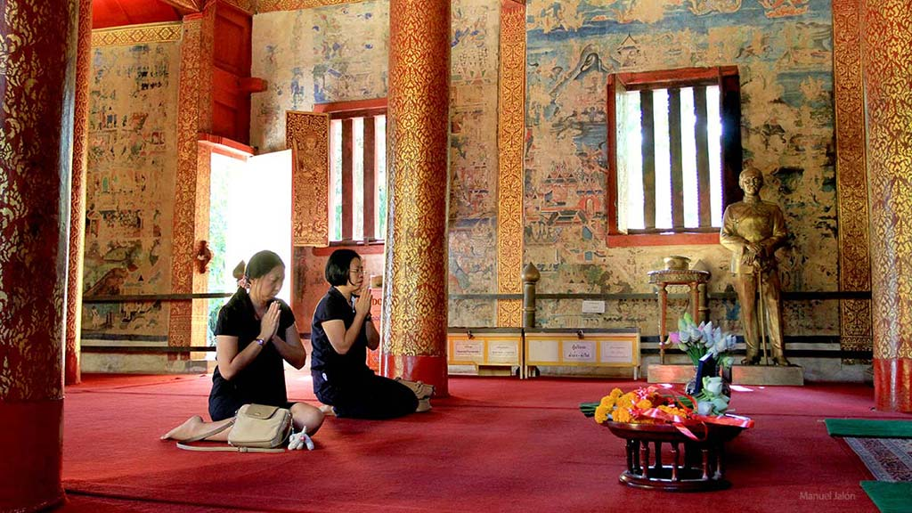 Women praying in Wat Phra Singh, Chiang Mai.